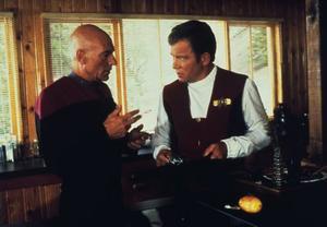 """I den sjunde långfilmen """"Generations"""" möts de två mest kända """"Star Trek""""-befälhavarna Jean-Luc Picard (Patrick Stewart) och James Kirk (William Shatner), trots att de levde med 100 års mellanrum."""