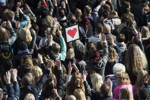 Tusentals människor manifesterade för kärlek.