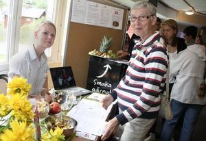 Varsågod. Linnéa Ericsson från Ica i Bergby bjöd Birgit Öström på både frukt och recept.