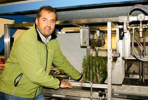 Produktionschefen Peter Melin visar nya anläggningens första del, där lim fästs på plantan.  BILD: SAMUEL BORG