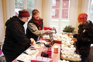 Monica Backlund och Doris Jonasson hade som vanligt tingat lusthuset för att få sälja ost på julmarknaden i Ytterån.
