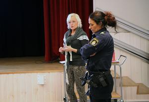 Kommunens alkohol- och drogsamordnare Agneta Roberts och Jana Solsten från polisen vid informationsträffen i Hede.