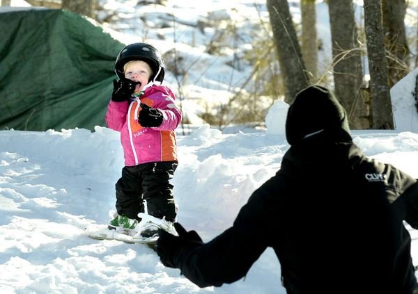Elly Westman, 14 månader, är förtjust i att åka bräda och att äta snö.