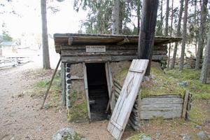 Vikstenskoja utan dörr. Albert Viksten-sällskapet vill få kojbyn i Lassekrog renoverad.