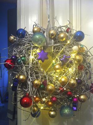 Extra allt i jul. VLT-medarbetaren Maria Björkmans maffigt vilda dörrkrans. Har du någon julstämning att dela? Mejla bostad@vlt.se.