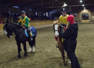 Minna Olofsson och Ellinor Wachler snabbast över hindren under maskeradhoppningen på hästarna Fabian respektive Twist.