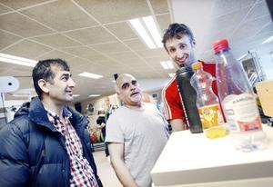 Projektdeltagarna Karim Khezeri och Akbary Lal Mohammed med instruktören Andrew Stadler från Sandvikens IF.