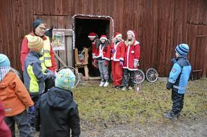 Vid den första stationen på julvandringen mötte barnen tomtenissar.