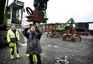 Conny Fridberg och Micke Olsson jobbar på skrotgården, som LM Maskin nu sköter åt Ovako när Ovako söker sig högre i vidareförädlingskedjan.