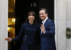 Tories partiledare David Cameron och hans fru Samantha får fortsätta bo kvar i premiärministerbostaden på 10 Downing Street i London.