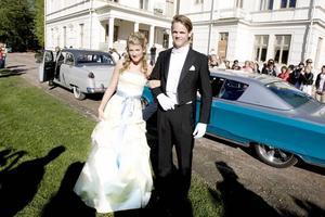 Rebecca Jacobsson, ES3B, och kavaljeren Emil Sunnerstam, snickare, kom till balen i en kornblå Chrysler.