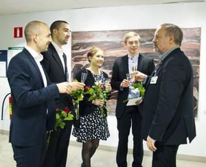 Regionrådet Robert Uitto skålar med några av de nya AT-läkarna