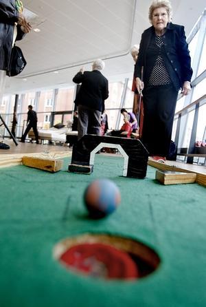 Flyttbara golfbanor. Pensionärsorganisationerna i kommunen erbjuder minigolf ett par gånger i veckan. Birgit Nordvall, Sofia PRO, funderar på att börja spela igen. För den sociala samvaron.
