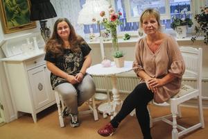 Gunilla Olani och Maria Kangas arbetar på Kreativboden. Saknas på bilden gör nyanställda Eva Träff.