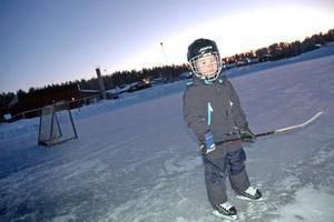 BRA FÖRSLAG. Albin Persson, 5 år, tycker det är roligt att åka på isbanan vid Sörgärdets skola i Älvkarleby. När mörkret faller på tänds en stor lampa vid plan. Albins pappar vittnar om att isbanan har blivit en populär plats för många barn i området.