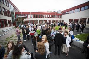 START PÅ SKOLGÅRDEN. Eleverna samlades utanför Stora Sätraskolan i samband med skolstarten på tisdagen.