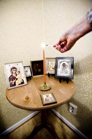 På ett bord i sitt sovrum har Natalie en samling ikoner.