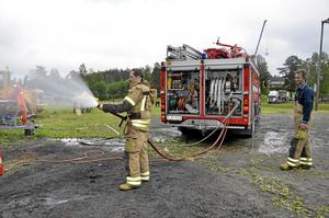 Per-Olof Eriksson och Sten Andersson från deltidsbrandkåren i Finnerödja var på plats på festplatsen. De som ville fick prova på att spruta med vattenslangen.