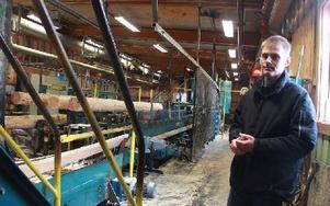 – Säter är ett litet sågverk. Sågverkens storlek beror på den råvara man kan köpa på ett vettigt och effektivt sätt, säger Pär Granström, platschef.