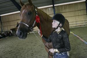 Sanna Hedberg från Bergsjö tävlade och kom på fjärde plats med sin häst som är ett Quartersto. Sanna har bara haft hästen i två månader men tävlar redan.