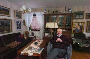 Helge Eklöf är född och uppvuxen på Långgatan i Bollnäs. Sedan 1981 bor han på Brogatan och är nära sina minnen.