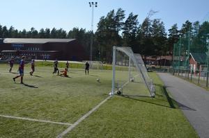 Här rullar Markus Hedin in ett av sina tre mål i mötet med tabelljumbon Röbäcks IF.
