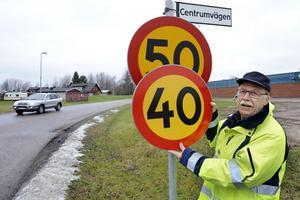 I dagarna blir det nya siffror att hålla reda på för bilisterna. Många skyltar är redan bytta, men inte den här intill rondellen i Djurås.