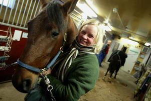 """Malin Löfgren har höga tankar om sin """"Svante"""" – för det  är så radiohästen Sanity kallas i stallet. """"Alla mina hästar har smeknamn, Kåre, Lasse ... och det här blev en Svante"""", säger hon."""