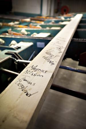 Sista brädan från KopparforsSågverk, signerad av de anställda.