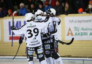 Erik Pettersson klappas om efter ett av sina tre mål i 4-1-segern mot Bollnäs.