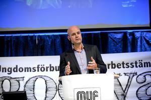 Gamla synder. När Fredrik Reinfeldt själv var MUF-ordförande skrev han en omdiskuterad bok. Bilden visar när statsminister Reinfeldt gästar och talar på en MUF-stämma.foto: scanpix