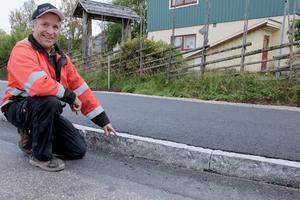 – Det syns redan att gummi från däcken har skavt av på trottoarkanterna, säger Lars Frånlund.