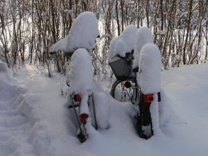 Snöfigurer leker med våra cyklar efter snöovädret.