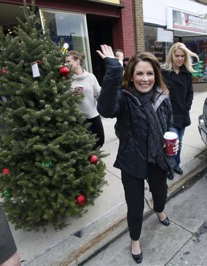 Lätt att nå. Republikanska presidentkandidaten Michele Bachmann på väg att möta väljare i Iowa med kaffemuggen till hands.foto: scanpix