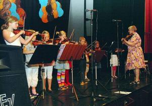Gunnel Lundholm inledde konserten på Järpenbion med några av sina yngre stråkelever från Åre kulturskola. Foto: Elisabet Rydell-Janson