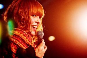 Med energisk utstrålning och säker röst bjöd Erica Skogen fansen på en releasekonsert i mysig regi.    Foto: Mattias Pettersson