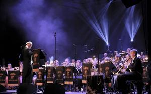 En fokuserad orkester i ledning av dirigent Kenneth Eriksson.