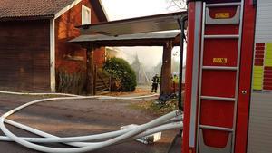 Brandkåren i Mora på plats vid branden i Ryssa.