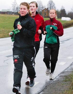 Skytte är ingen direkt fysisk sport, men det hjälper till att vara vältränad även konditions- och styrkemässigt. Här är tre elever på skyttegymnasiet i Strömsund, främst Christina Rönngren, Östersund, sedan Emma Nilsson, Höllviken (Skåne) och Jessie Svensson, Olofström (Blekinge), ute på ett löppass i regn, snålblåst och endast några få plusgrader förra veckan.