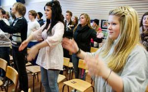 """""""Ner, ut och upp"""". Tanja Nordfjell och de andra musikeleverna på PC dirigerar i tretakt för brinnande livet. Om tio år eller så vet vi om Marit Strindlund har lyckats styra in någon av dem på dirigentbanan med sin entusiasmerande föreläsning.  Foto: Ulrika Andersson"""
