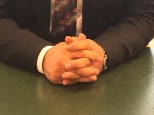Hans-Åke Nygren knäpper omedelbart sina händer när han sätter sig i domarstolen. Neutral reserverad hållning är praktisk i hans arbete.