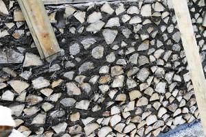 Här är början till ett kapell i kubb- och lerteknik. Förhoppningen är att det ska bli ett ovalt kapell.