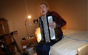 Birger Johansson brukar ta fram dragspelet är det är fest. Nu bjuder han på Svinsta skär.
