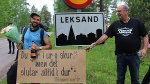 Leksandsskylten markerar mållinjen för Stiko Pers resa. Bredvid står han hans stolte far.