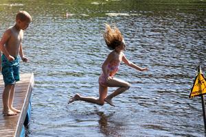 Emelie Persson räds inte våghalsiga hopp från bryggan.