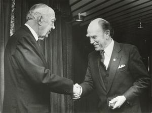 Thage Mattsson får av Prins Bertil Riksidrottsförbundets guldmärke i Ronneby. Året är 1983.