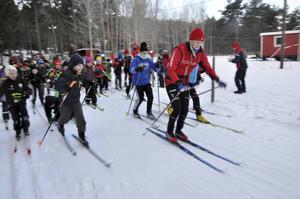 I fler mindre orter i Gästrikland och Norduppland finns det varje vinter skidspår. Som här i Månkarbo, där skidstjärnan Julia Jansson leder ett gäng skolelever framåt.