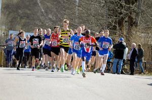 Över 130 löpare ställde upp på startlinjen i herrarnas millopp. En siffra som gladde Stadsloppsgeneralen Cuth Modin så pass att det inte gjorde så mycket att det inte blev någon hemmaseger i varesig dam- eller herrklassen.