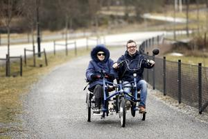 Härligt. Trots gråvädret njuter Elvira Jansson av cykelturen med Robert Isaksson. – Jag tycker att det är fint för att vara mars, säger hon.