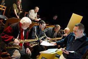 Foto: LASSE HALVARSSON Spelklara. Gästriklands nya storband gör sin första spelning på PRO:s årsmöte på tisdag. Storbandet består av elva medlemmar som var med om att starta Sandvikens Big Band för 35 år sedan. Nu siktar de in sig på den dansanta publiken.